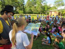"""El """"Arte de Leer"""". Una pausa para la lectura, durante la visita a la localidad de Alba Posse"""