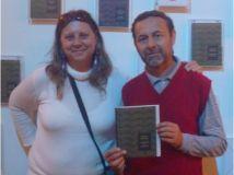Silvero recibe su nuevo libro de manos de Teresita Valdettaro, coordinadora por Tecnópolis del proyecto
