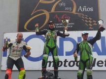 Adrián Silvera festejando en lo más alto del podio