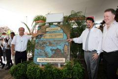 El presidente de la Región de Loreto, Yvan Vasquez Valera; Maurice Closs; y el director de New 7 Wonders, Jean Paul de la Fuente
