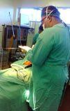 El Dr. Germán Ramírez en cirugía